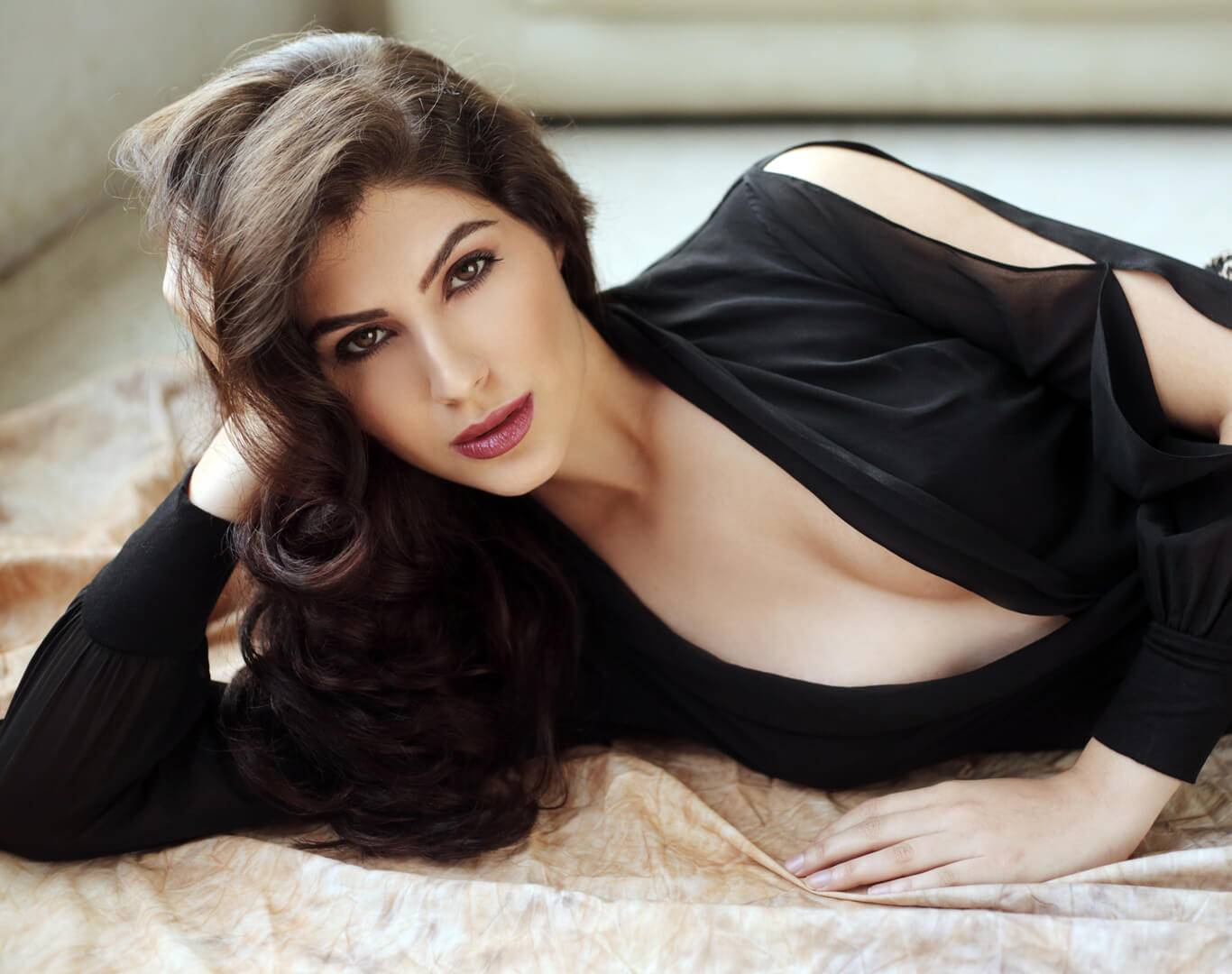 International Model Elnaaz Norouzi Actress Relaxing Photo