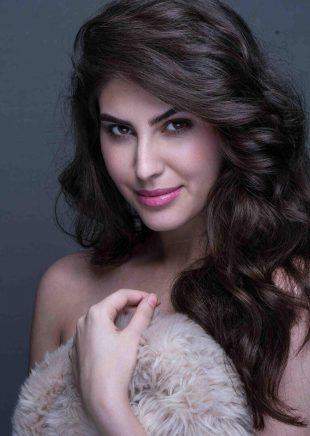 Elnaaz Norouzi Model Smiling Sexy Photo