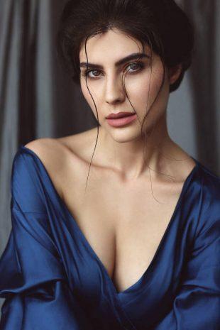 International Model Elnaaz Norouzi Cleavage